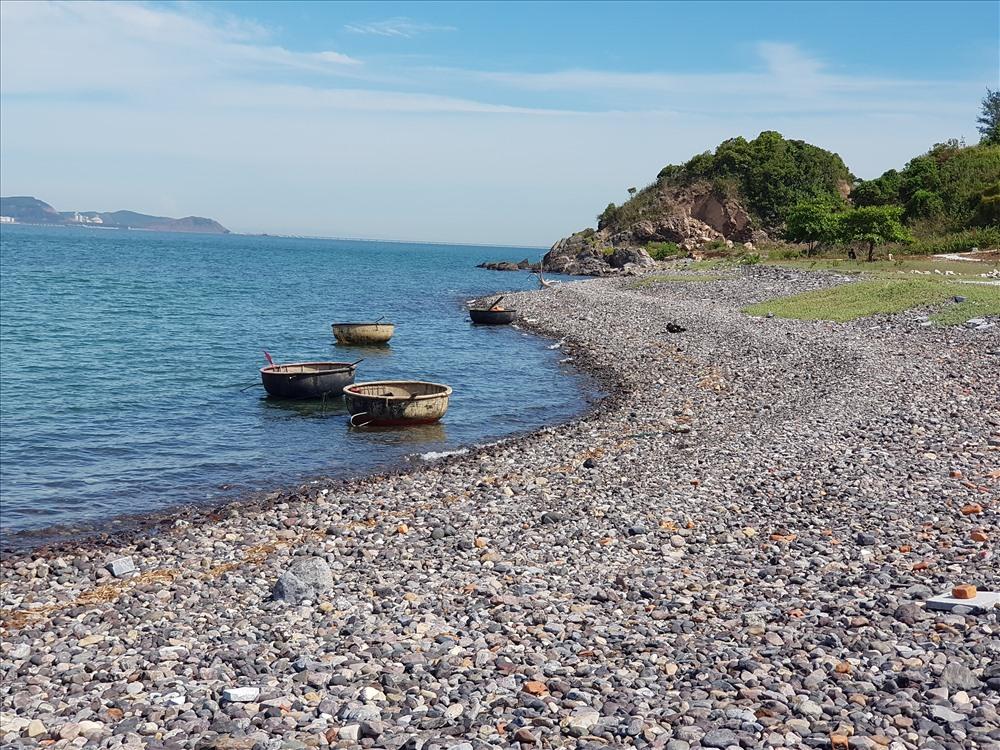 Bãi biển đảo Ngư không có cát, chỉ có vô số viên sỏi, đã được sóng nước nghìn năm mài nhẵn, bào tròn, đủ kích thước to nhỏ