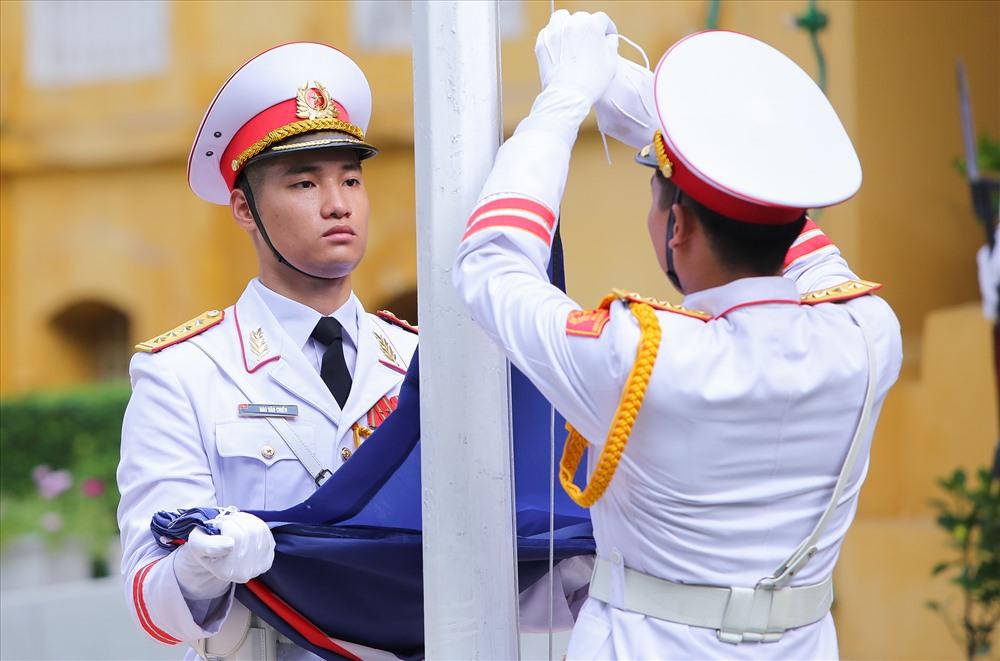 Thành viên đội danh dự thực hiện nghi thức thượng cờ. Ảnh: Nhật Hạ.