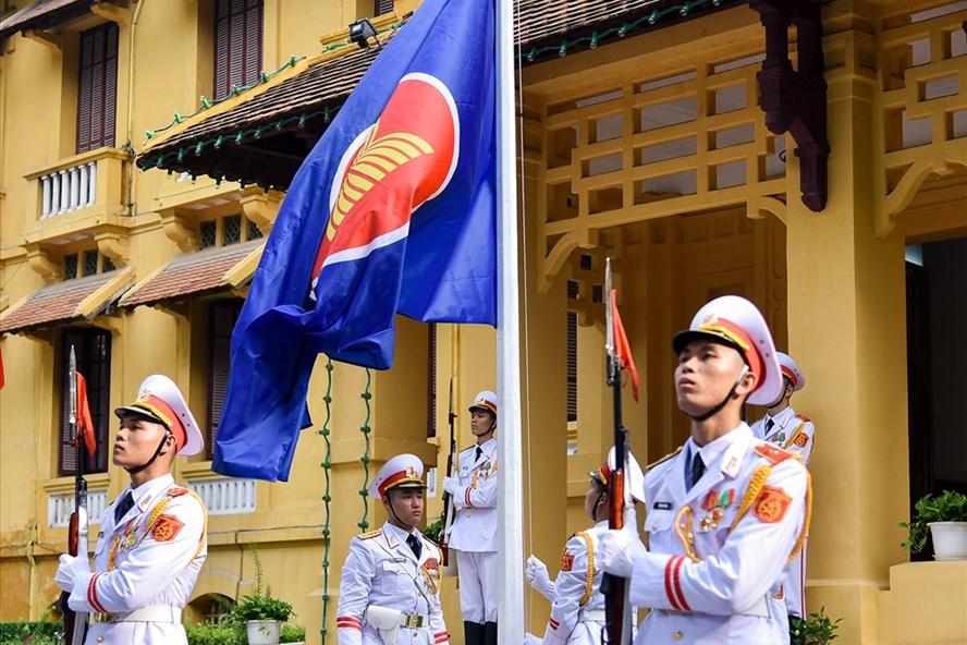 Lễ Thượng cờ nhân dịp kỷ niệm lần thứ 52 năm ngày thành lập ASEAN. Ảnh: Nhật Hạ.