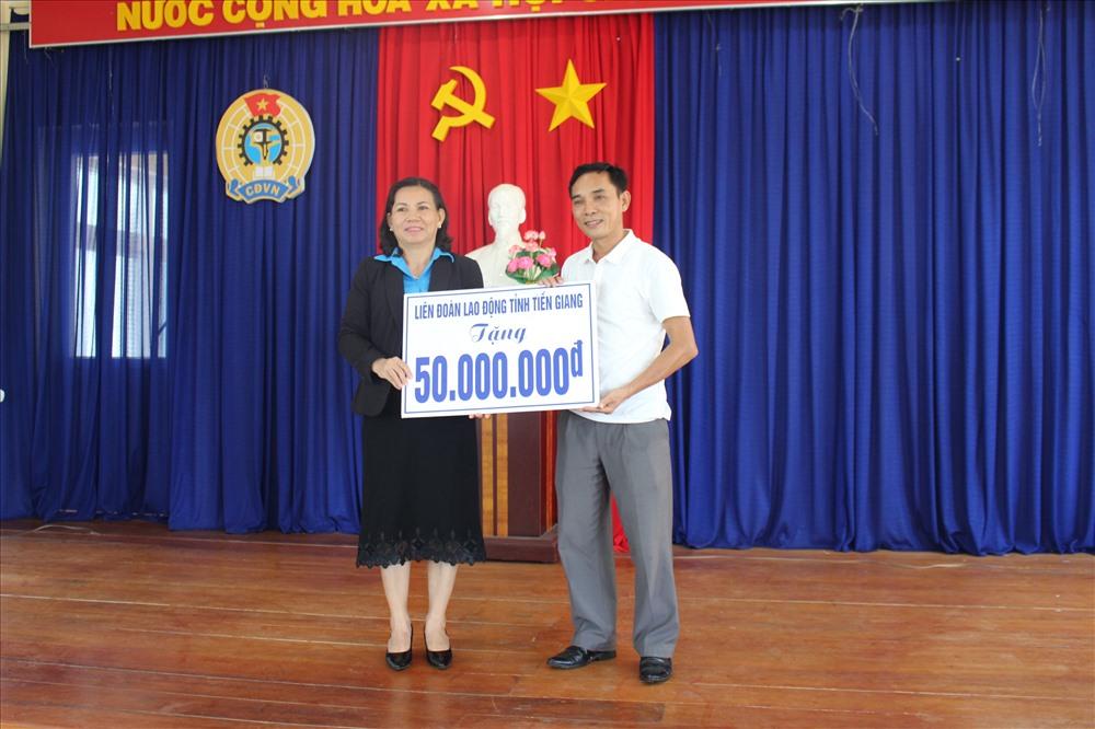 Bà Lê Thanh Tiền trao tiền hỗ trợ ngư dân tỉnh Quảng Ngãi.