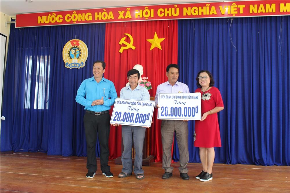Trao tặng tiền hỗ trợ ngư dân các nghiệp đoàn nghề cá huyện Lý Sơn.