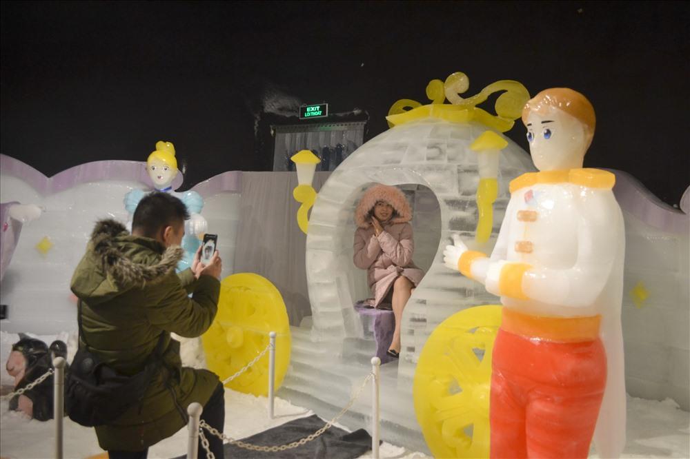 Du khách thích thú chụp hình lưu niệm với các mô hình tại nhà băng sắc màu đầu tiên tại Nha Trang. Ảnh: Châu Tường