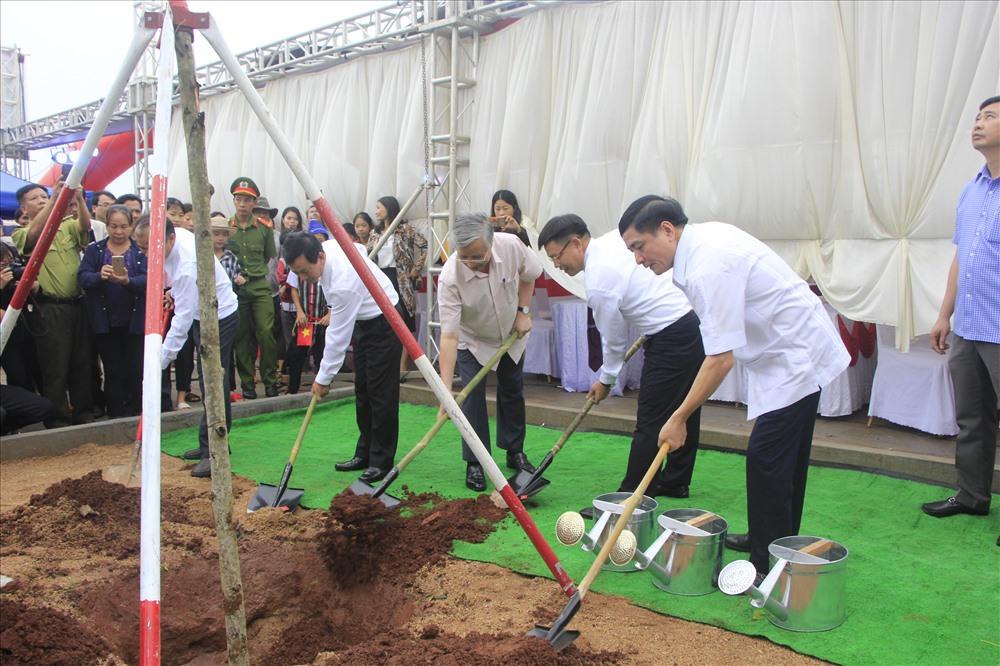 Ông Trần Quốc Vượng cùng Bí thư Tỉnh ủy Gia Lai, Bí thư Tỉnh ủy Đắk Lắk trồng cây lưu niệm ở trường học. Ảnh Đ.V