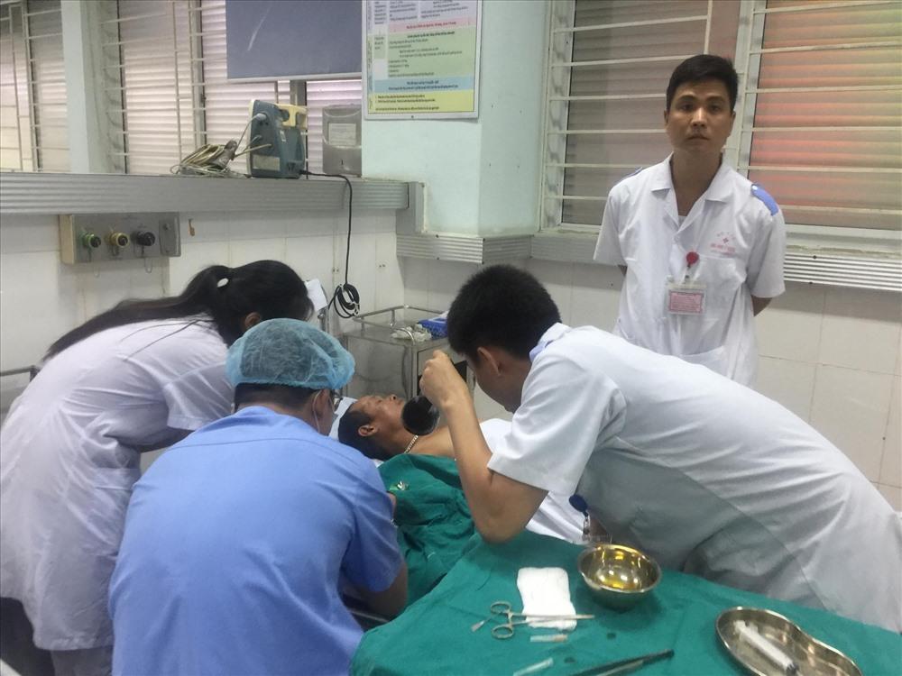 Nạn nhân nặng đang được mổ cấp cứu - ảnh HH