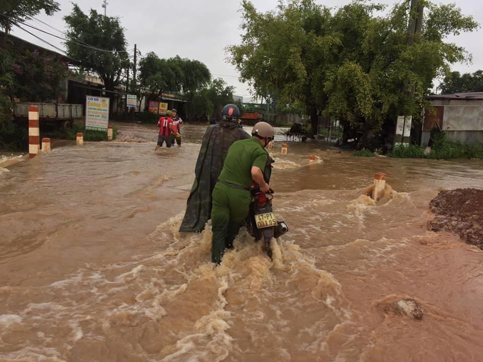 Lực lượng công an hỗ trợ người dân trong cơn mưa bão. Ảnh: LX