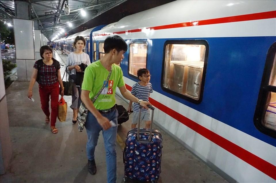 Công ty Cổ phần vận tải đường sắt Sài Gòn tổ chức chạy thêm 35 đoàn tàu trong dịp lễ 2.9.  Ảnh: M.Q