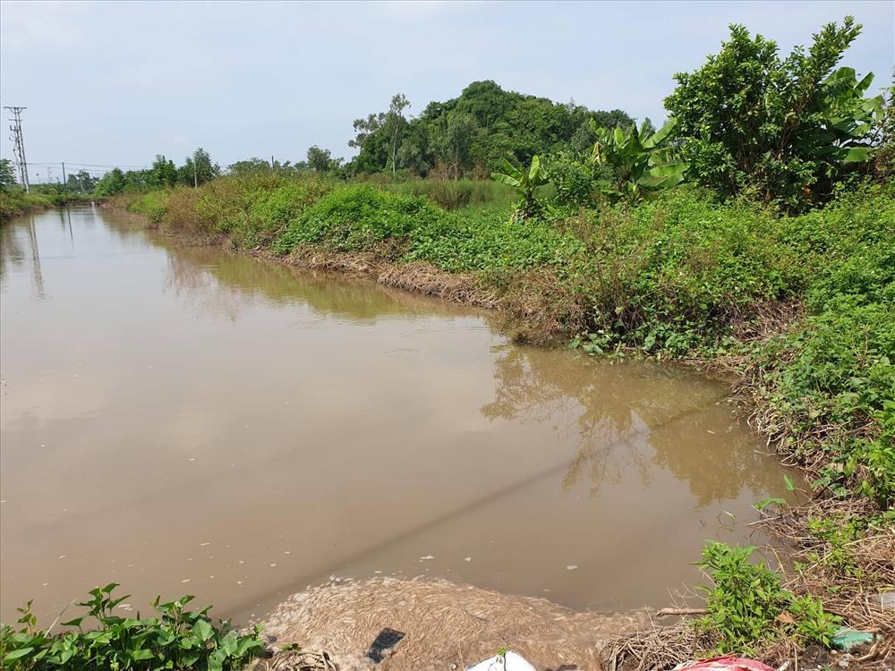 Cách điểm tập kết những thùng phuy chứa chất thải nguy hại 100m là kênh mương phục vụ tưới tiêu, sản xuất nông nghiệp của người dân. Ảnh: P.Đ