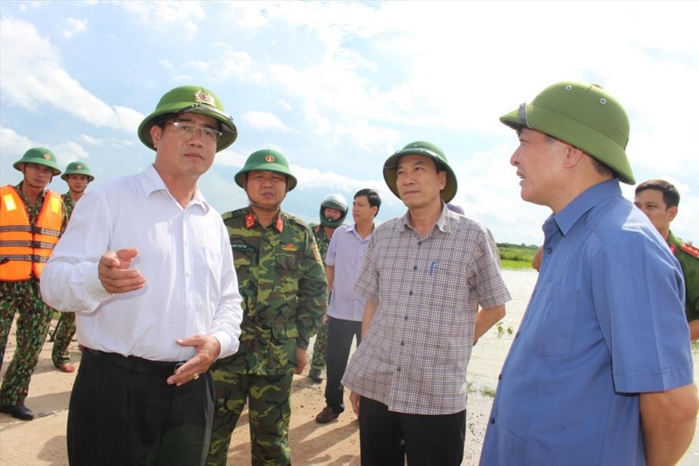Đồng chí Bùi Văn Cường (ngoài cùng bên phải) chỉ đạo các cấp chính quyền địa phương cần thực hiện tốt công tác cứu trợ, động viên người dân bị thiệt hại. Ảnh: H.B