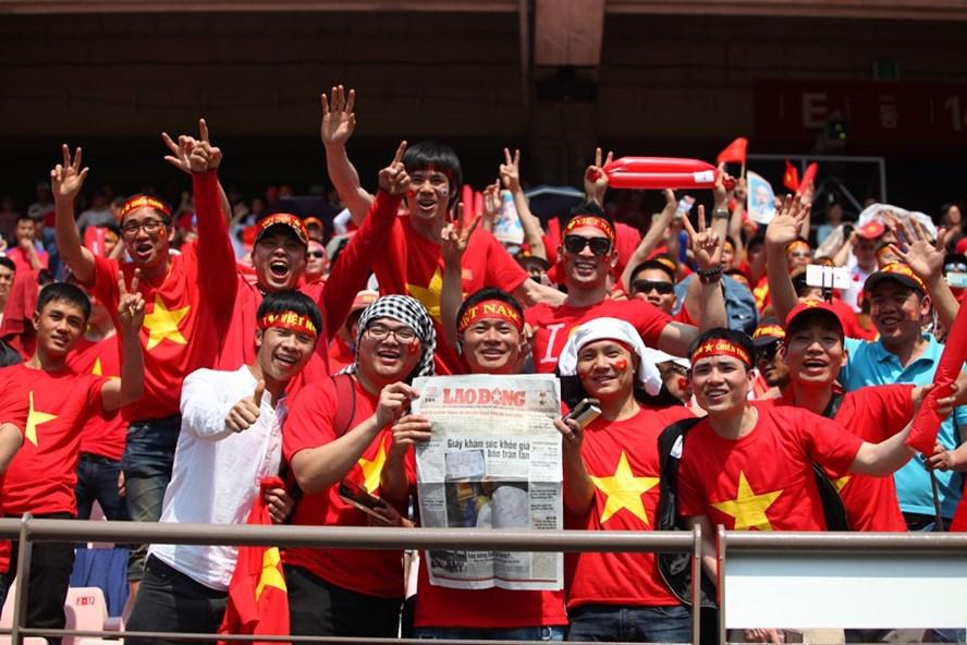 Những CĐV Việt Nam tại SVĐ World Cup Jeonju cầm trên tay tờ Báo Lao Động. Ảnh: Đăng Huỳnh
