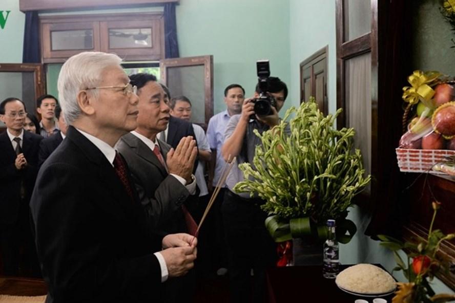 Tổng Bí thư, Chủ tịch Nước Nguyễn Phú Trọng dâng hương tưởng niệm Chủ tịch Hồ Chí Minh. Ảnh: VOV.