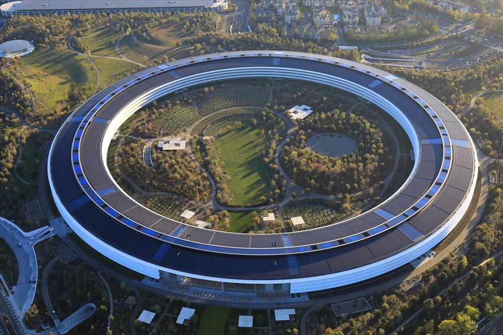 """Trụ sở này được nhiều người gọi là """"phi thuyền"""" nhưng người Apple gọi nó là """"chiếc nhẫn""""."""