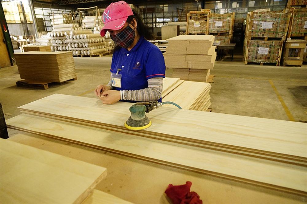 Doanh nghiệp Việt Nam còn thiên về sử dụng nhân công khó cạnh tranh nổi với doanh nghiệp FDI ngay tại thị trường Việt Nam (ảnh:Khoa Tư).