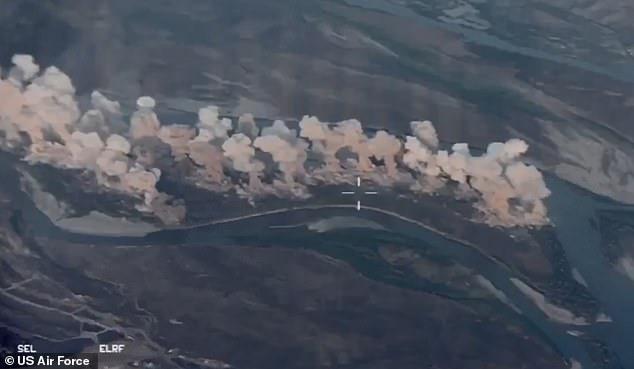 Những hình ảnh từ trong video về các máy bay chiến đấu Mỹ ném bom rải thảm gần 40 tấn bom xuống hang ổ của IS ở Iraq. Ảnh: Mail.