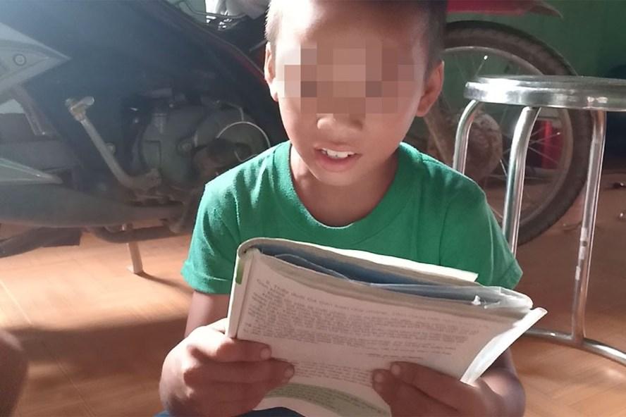 Cháu bé này lên lớp 3 vẫn chưa viết được tên của mình. Ảnh: PV