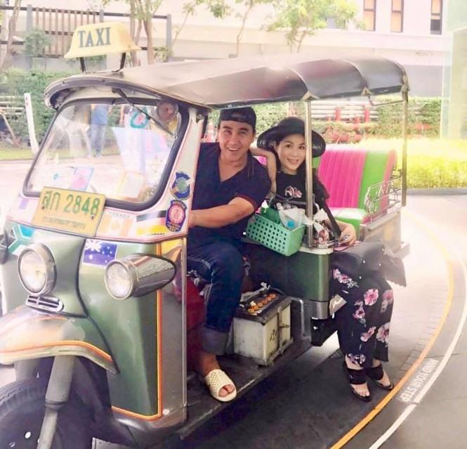 Hình ảnh giản dị của hai vợ chồng MC Quyền Linh.