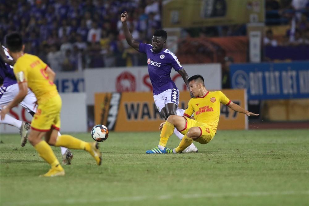 Dưới sân CLB Nam Định hoàn toàn lép vế trước sức mạnh của đội chủ nhà. (Ảnh: Trần Tiến)