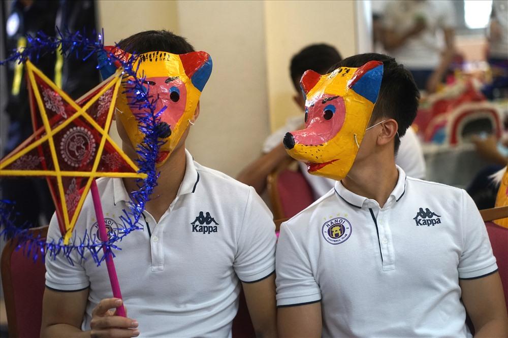 Những cầu thủ đep mặt nạ ngộ nghĩnh  mang đên sự phấn khích cho các học sinh.