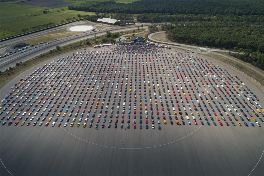 Hơn 1.300 chiếc xe Ford Mustang đã được hãng xe Ford điều động đến Bỉ để phá kỷ lục thế giới. Ảnh: Ford
