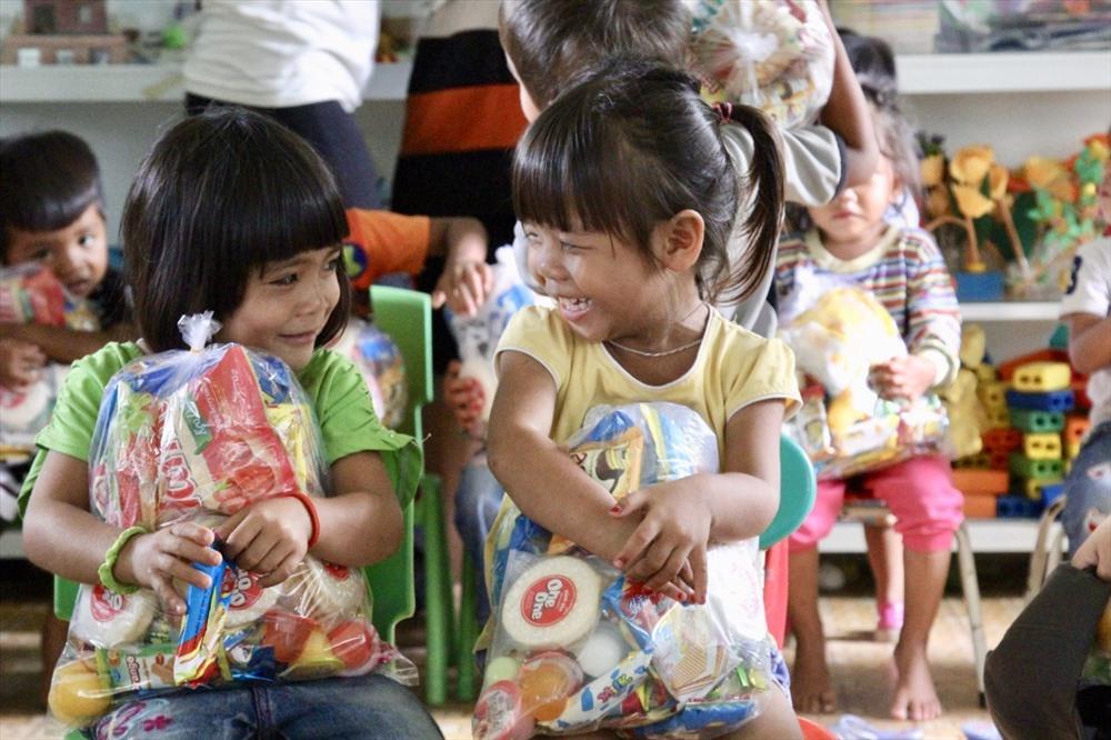 Nụ cười hồn nhiên của hai em nhỏ khi nhận được quà Trung thu.