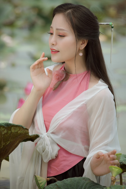 Sao Mai Huyền Trang thực hiện 2 MV khá chỉn chu và mang nhiều âm huyết. Ảnh: NVCC.
