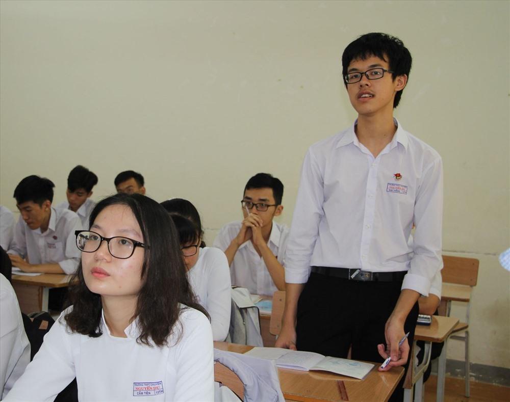 Đoàn Nam Thắng (bên phái ảnh - PV) là câu học trò xuất sắc của trường Nguyễn Du tham gia chung kết Đường lên đỉnh Olympia năm nay. Ảnh: LX