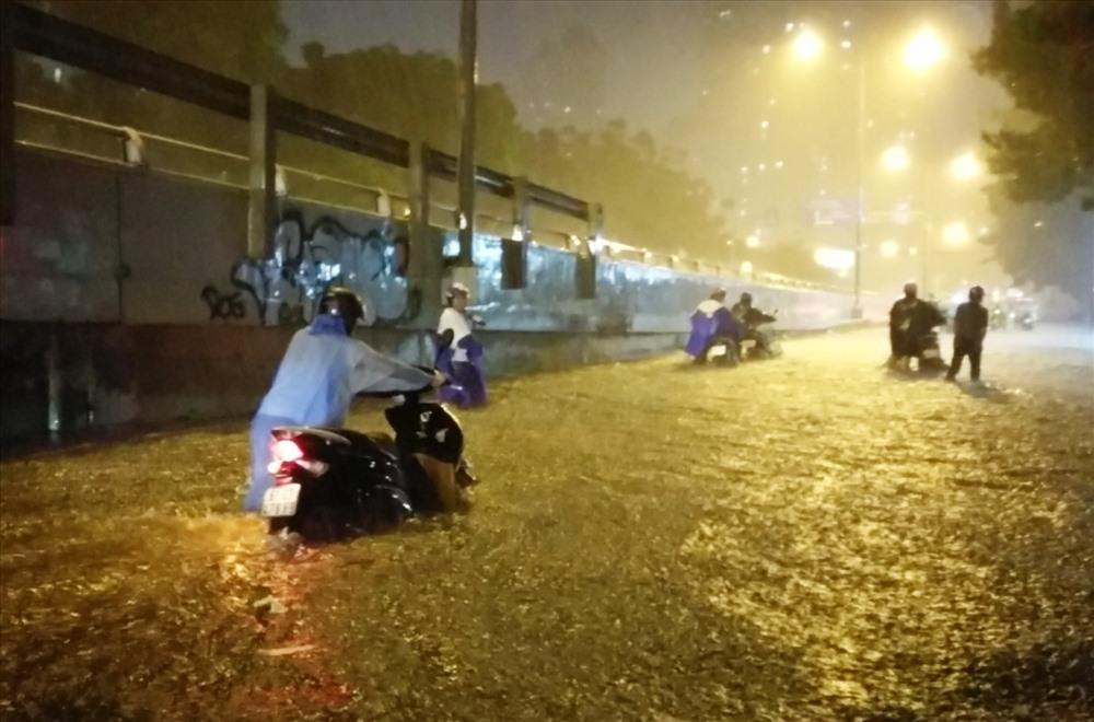 Cơn mưa lớn vào lúc chiều tối cuối tuần nên nhiều xe máy gặp khó khăn trong việc tìm nơi sửa xe máy để có thể đi tiếp.