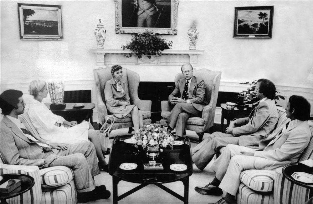 Tổng thống Ford gặp gỡ và xin lỗi gia đình Olson tại Nhà trắng.
