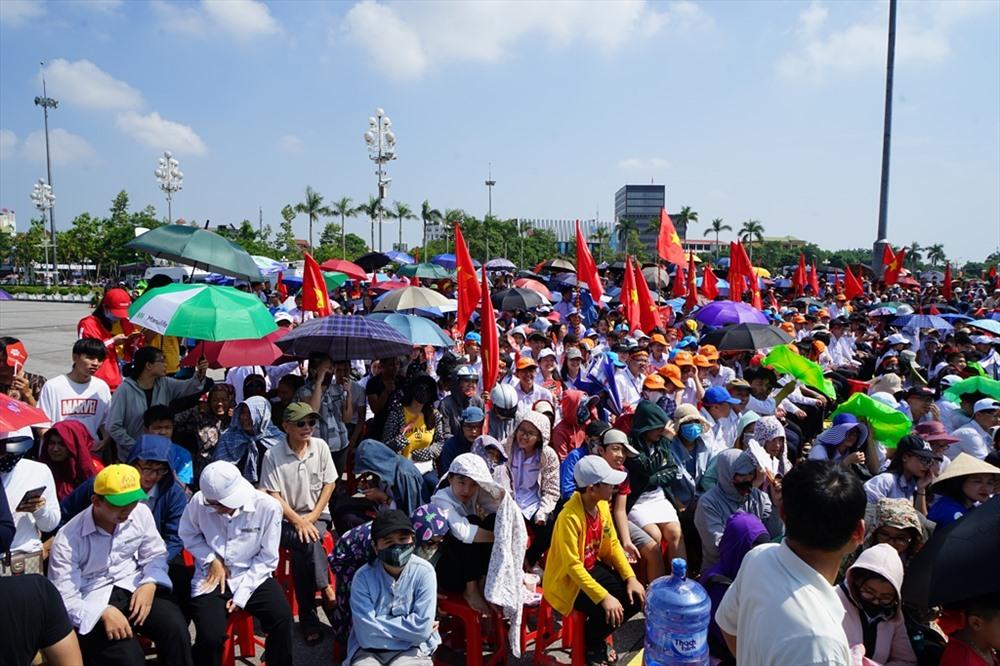 Các cổ động viên dùng ô, áo, mũ che nắng theo dõi trận chung kết nghẹt thở