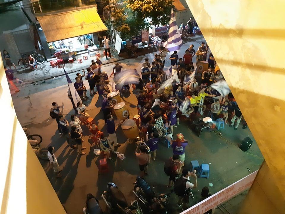 Bên ngoài sân, khu vực cổng B10, những khán giả của Hà Nội vẫn tiếp lửa cho đội bóng từ màn hình chiếu lớn.