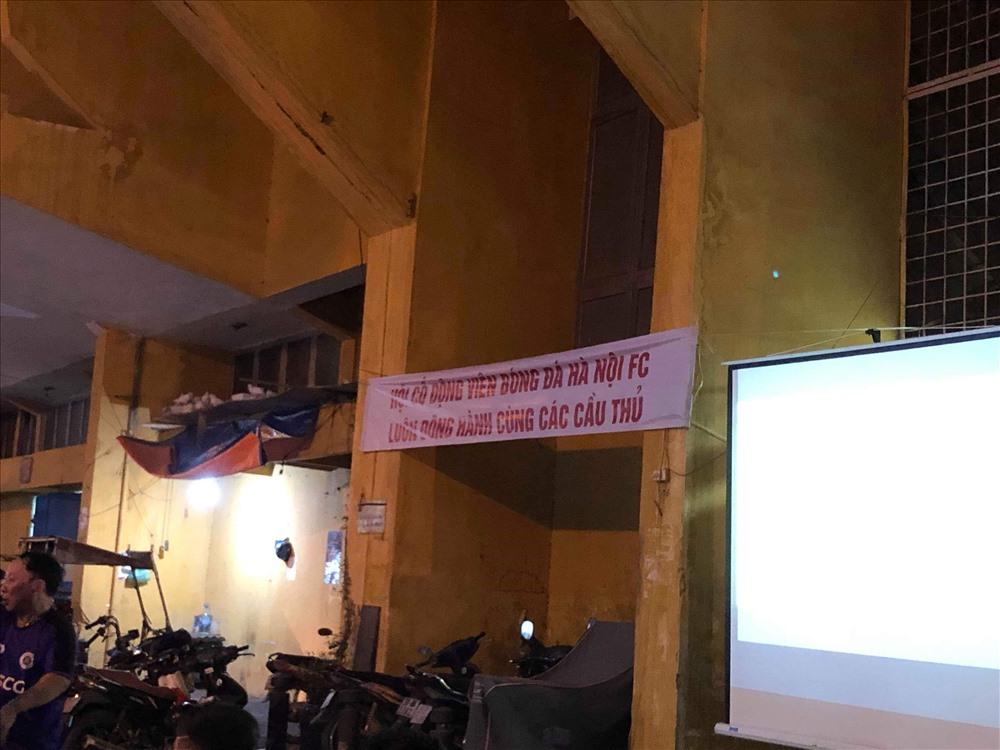 Mộtn tấm băng rôn được căng lên ngoài khu vực cổng B10 của cổ động viên Hà Nội.