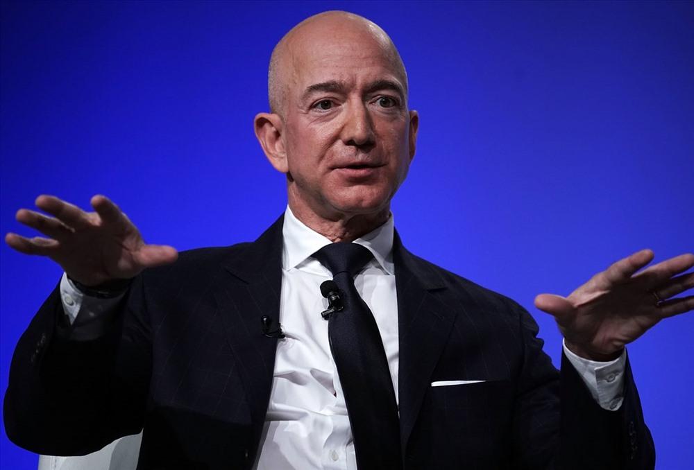 Đứng đầu danh sách là Jeff Bezos - CEO Amazon, chủ sở hữu của Washington Post. Sau vụ ly hôn với vợ, tài sản của ông giảm xuống đáng kể. Tuy nhiên với khối tài sản đồ sộ, chưa ai vượt được người đàn ông quyền lực nhất trong giới công nghệ. Ảnh: CNBC