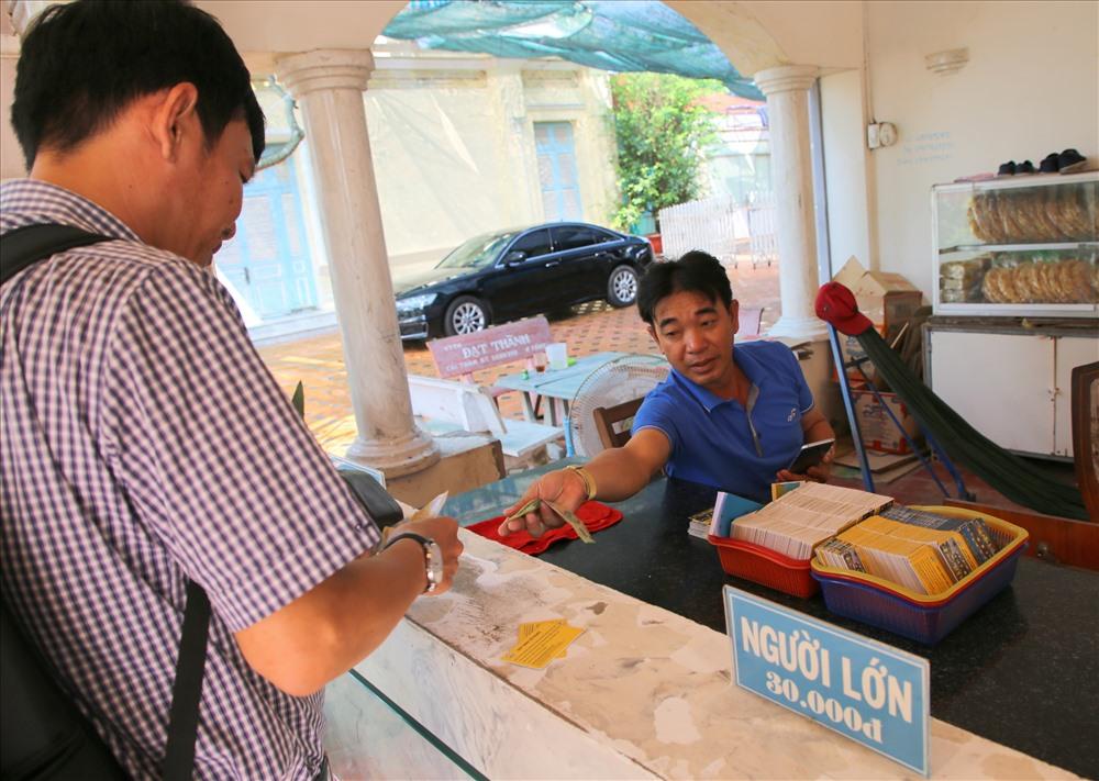 Mỗi ngày, rất đông du khách đến tham quan khu nhà Công tử Bạc Liêu. Trong ảnh, khách du lịch mua vé vào cổng. Ảnh: HT.