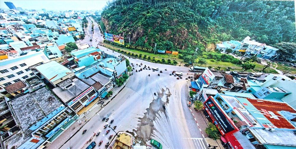 Theo Sở Văn hóa – Thể thao (VH-TT) tỉnh Bình Định, vị trí bức phù điêu nằm ở vách núi Bà Hỏa, nằm dọc giữa ngã 5 đường Trần Hưng Đạo giao với đường Võ Nguyên Giáp, Đống Đa, Nguyễn Tất Thành, dẫn vào Trung tâm TP. Quy Nhơn.