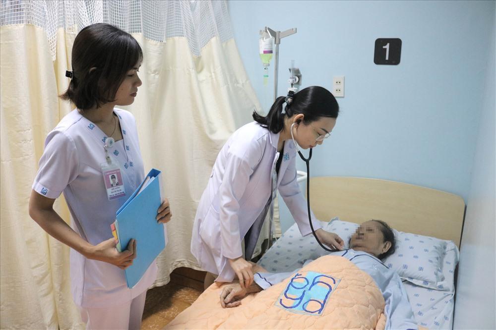 Bác sĩ chẩn đoạn, điều trí cho bệnh nhân mắc bệnh lý sa sút trí tuệ