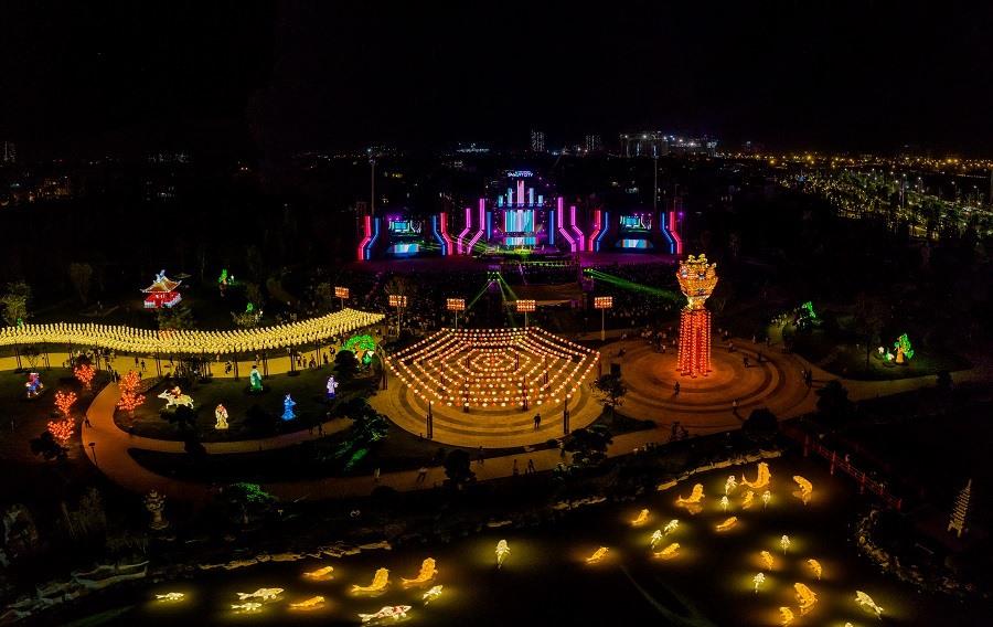 Công viên đèn lồng lung linh nhìn từ trên cao.