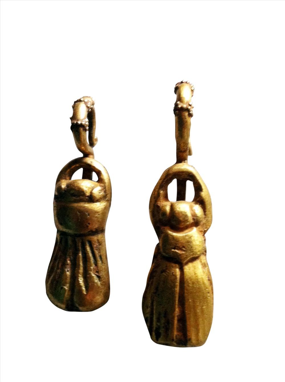Những bộ khuyên tai, phía trong có chứa xạ hương trong bộ sưu tập của ông T. sống tại Đà Nẵng