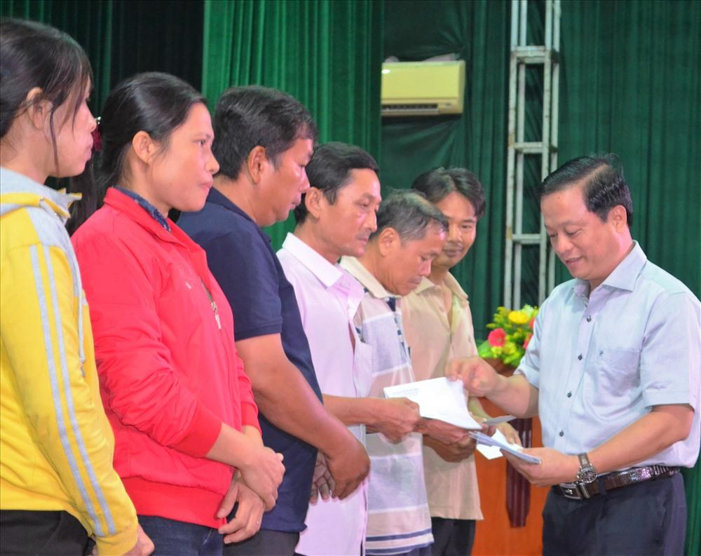 Phó chủ tịch UBND tỉnh Bình Định Nguyễn Tuấn Thanh và Chủ tịch LĐLĐ Bình Định trao tiền hỗ trợ cho công nhân lao động khó khăn