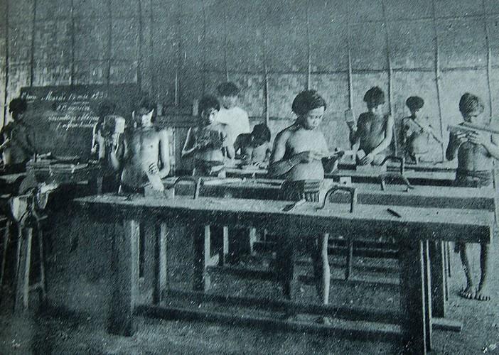 Bên cạnh việc được học những kiến thức, học viên người ÊĐê còn được người Pháp dạy nghề.
