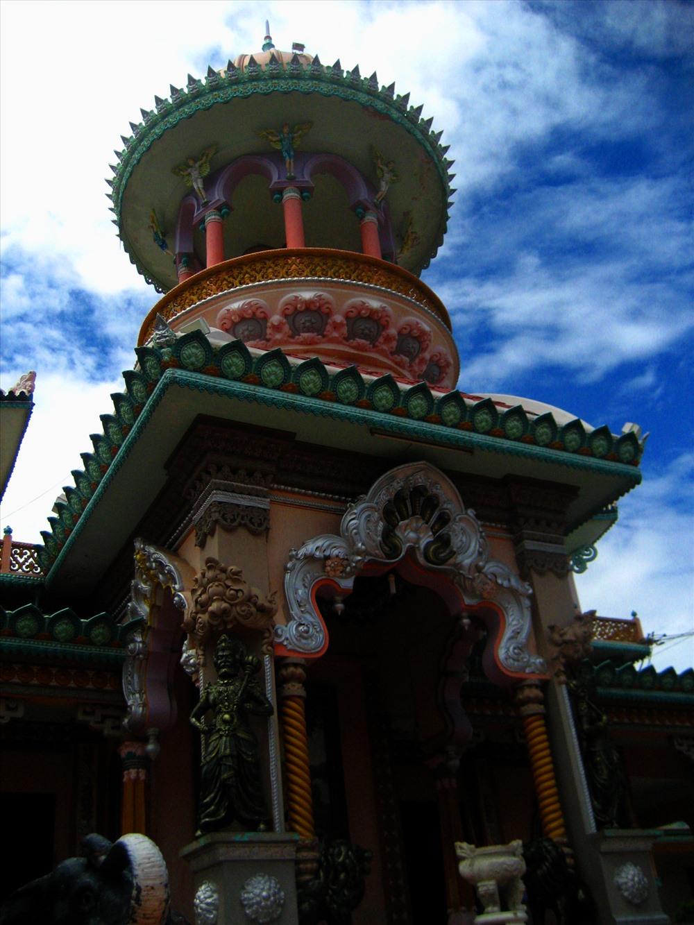 Kiến trúc đặc trưng của chùa Tây An là sự kết hợp Ấn - Việt. Ảnh: Lục Tùng