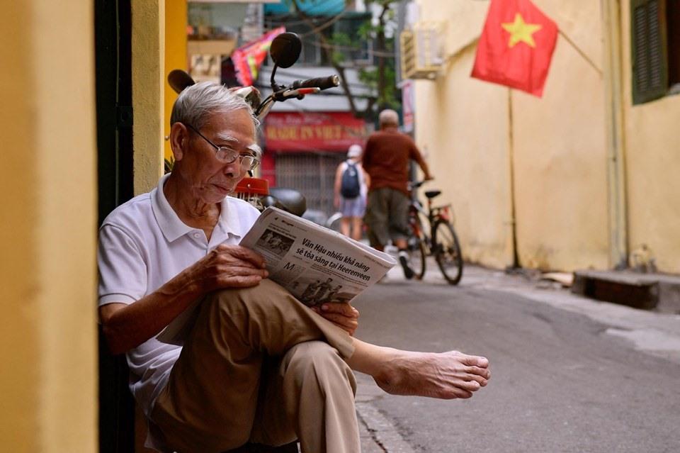 Những cụ già thư thái đọc báo sáng 2.9.