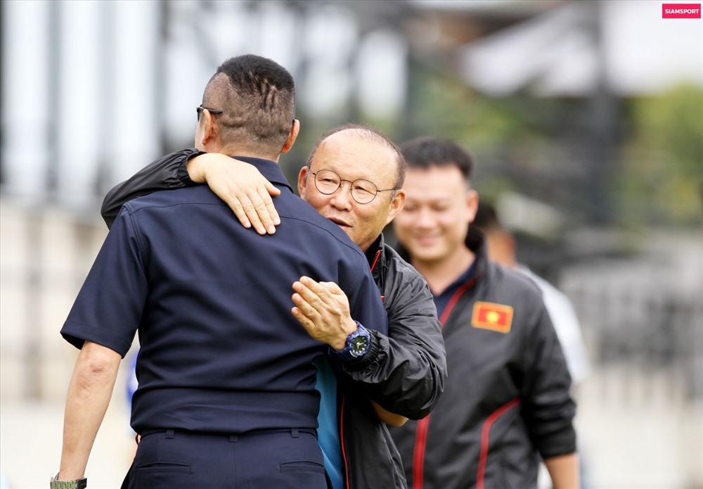 Thầy Park dành cho người bạn, người đồng đội cũ những cử chỉ thân mật. Ảnh: Siam Sport