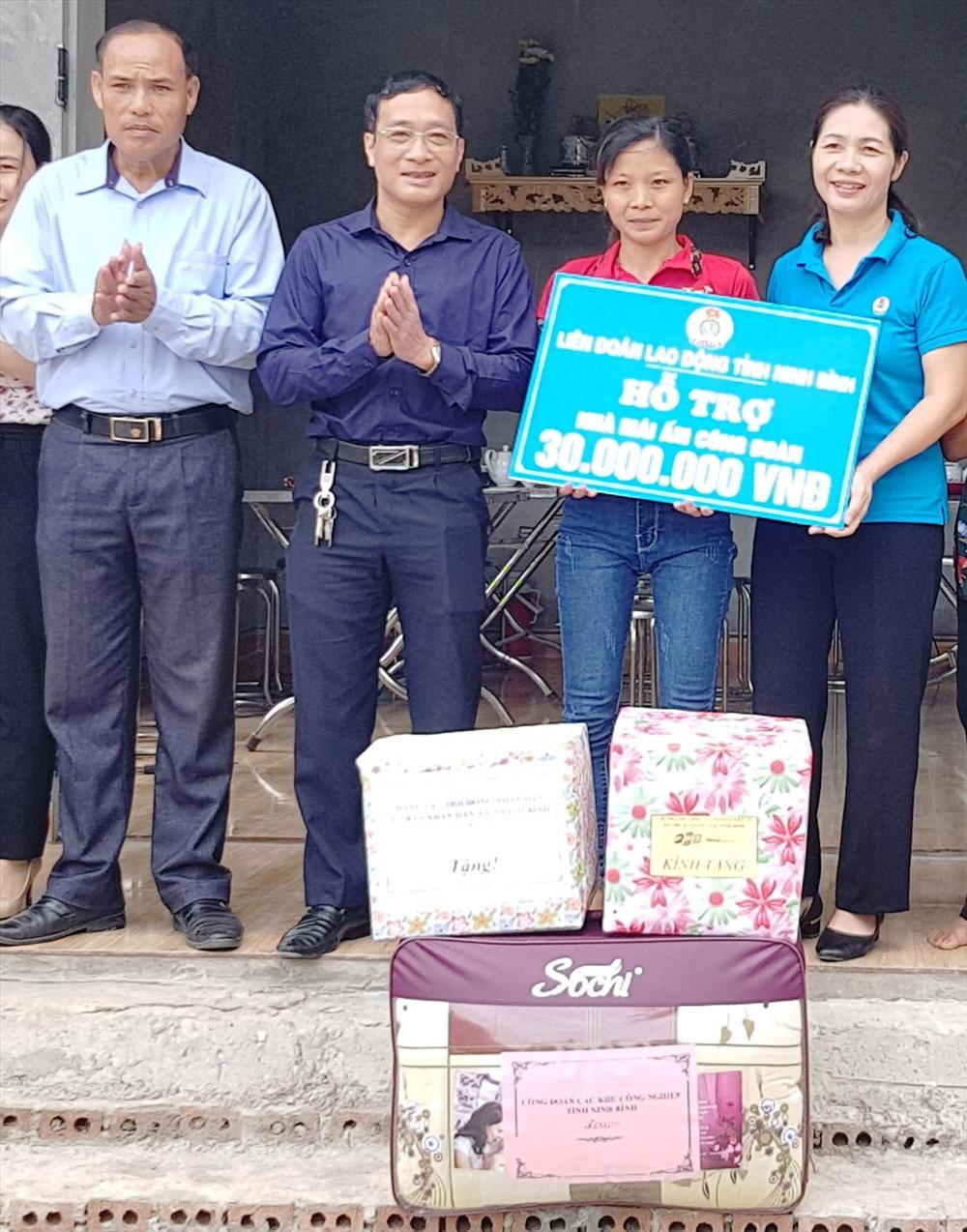 Đại diện lãnh đạo LĐLĐ tỉnh Ninh Bình trao tiền hỗ trợ cho gia đình chị Nguyễn Thị Nghị. Ảnh: NT