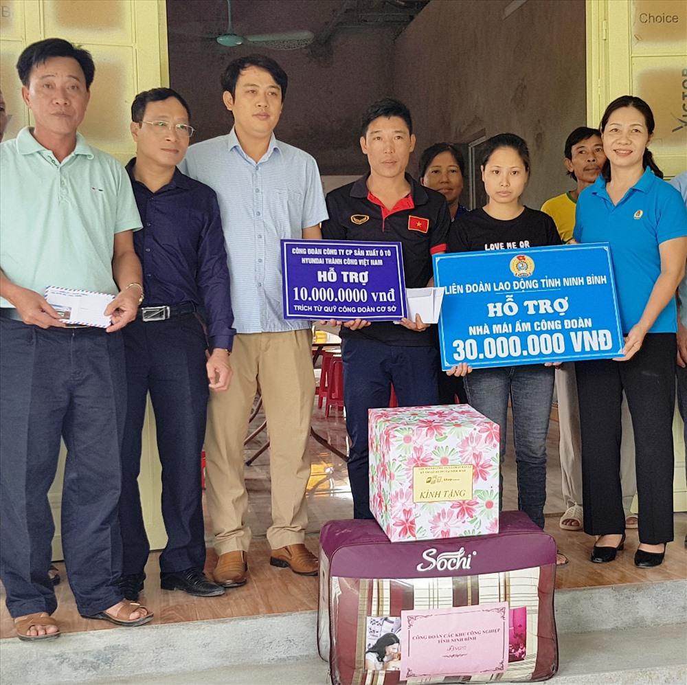 Đại diện lãnh đạo LĐLĐ tỉnh Ninh Bình trao tiền hỗ trợ cho gia đình anh Vũ Văn Tuân. Ảnh: NT
