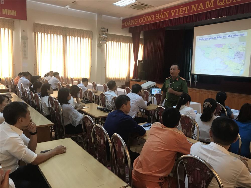 Đại tá Tạ Đức Ninh thông tin về tình hình tội phạm ma túy tới người lao động. Ảnh BH