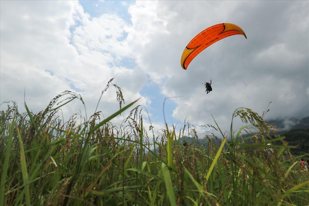 Mỗi chuyến bay kéo dài trong khooảng 10-20 phút (tùy điều kiện thời tiết), điểm đáp nằm giữa thung lũng Lìm Mông.