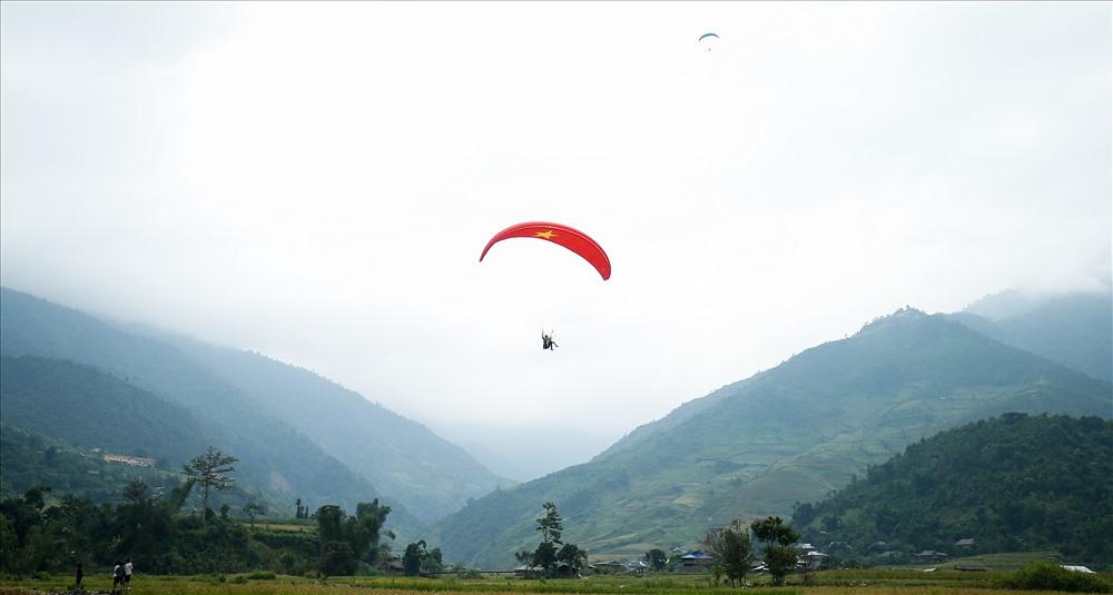 Khách du lịch cũng trải nghiệm bay lượn và ngắm cảnh đẹp bên đèo Khau Phạ, danh thắng nổi tiếng của tỉnh Yên Bái.