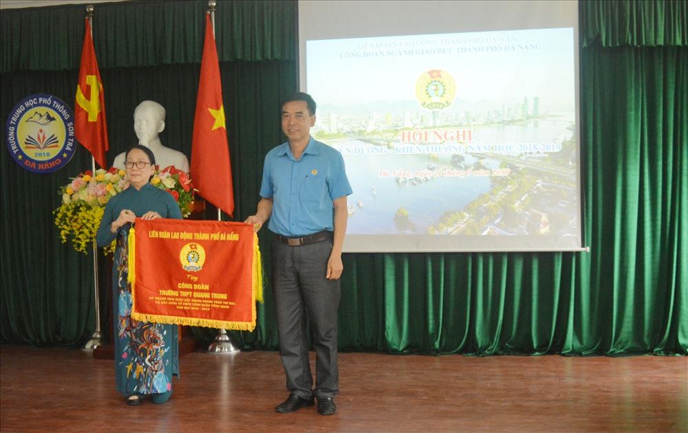 Phó Chủ tịch LĐLĐ TP Đà Nẵng Hoàng Hữu Nghị (bên phải) tặng cờ thi đua cho tập thể đã có thành tích xuất sắc trong hoạt động CĐ năm học 2018-2019