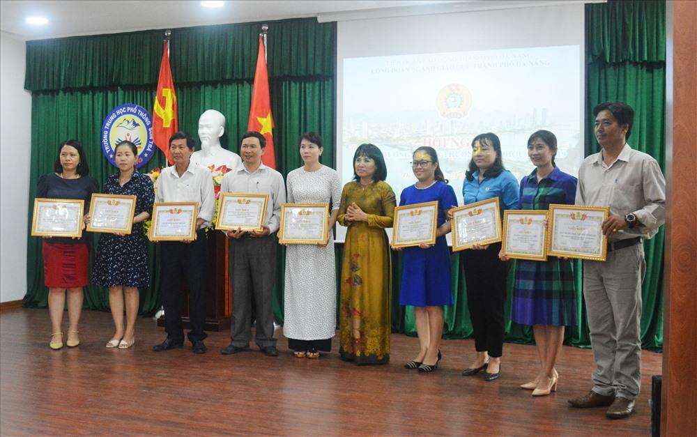 CĐ Ngành giáo dục TP Đà Nẵng tặng bằng khen cho các tập thể, cá nhân đã có thành tích xuất sắc trong hoạt động CĐ năm học 2018-2019