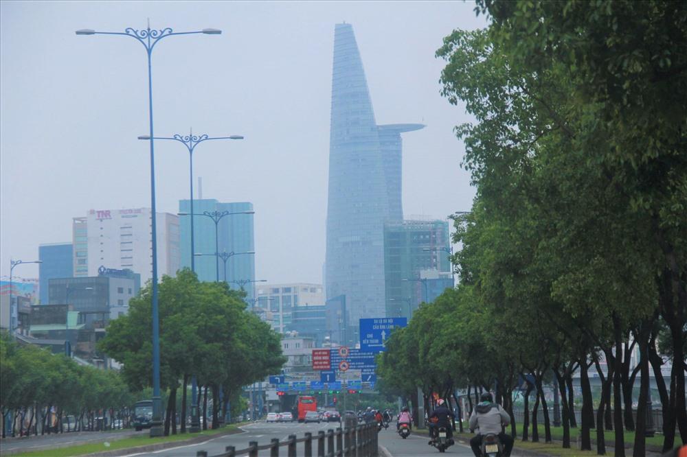 Ghi nhận của PV trong ngày 22.9, lớp sương mù dày đặc bao phủ TP. Hồ Chí Minh suốt từ sáng tới chiều.
