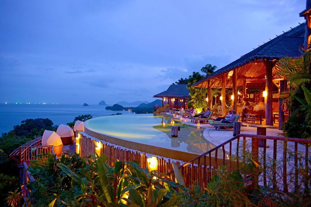 Six Senses Yao Noi (Phuket) là một thương hiệu quá quen thuộc với những ai yêu thích các không gian nghỉ dưỡng sang chảnh tại các bãi biển đẹp khắp thế giới. Tại Phuket, nơi tụ họp nhiều bãi biển đẹp nhất Thái Lan, Six Senses cũng là một trong những cái tên hàng đầu khi có ai nhắc đến sự xa hoa, đắt đỏ.